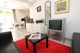 Гостиная. Будванская ривьера, Черногория, Каменово : Апартамент с отдельной спальней, 150 метров от пляжа