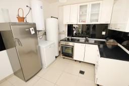 Кухня. Будванская ривьера, Черногория, Каменово : Апартамент с отдельной спальней, 150 метров от пляжа