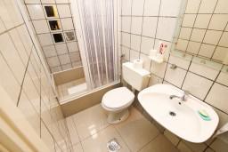 Ванная комната. Будванская ривьера, Черногория, Каменово : Апартамент с отдельной спальней, 150 метров от пляжа