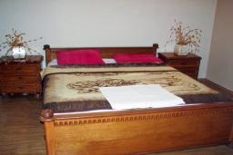 Спальня. Будванская ривьера, Черногория, Святой Стефан : Отдельный дом с двумя апартаментами в районе Святого Стефана
