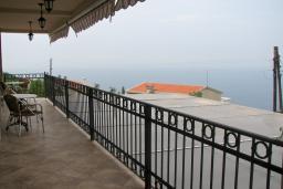 Вид на море. Будванская ривьера, Черногория, Святой Стефан : Отдельный дом с двумя апартаментами в районе Святого Стефана