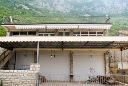 Фасад дома. Будванская ривьера, Черногория, Святой Стефан : Отдельный дом с двумя апартаментами в районе Святого Стефана