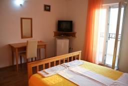 Спальня. Будванская ривьера, Черногория, Святой Стефан : Комната на 2 персоны с видом на море