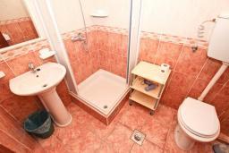 Ванная комната. Будванская ривьера, Черногория, Святой Стефан : Апартаменты на 4 персоны, 2 спальни, с видом на море