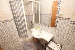 Ванная комната 2. Будванская ривьера, Черногория, Святой Стефан : Апартамент для 4-5 человек, с отдельной спальней, с балконом с видом на море