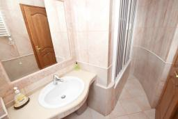 Ванная комната. Будванская ривьера, Черногория, Святой Стефан : Апартамент для 4-5 человек, с отдельной спальней, с балконом с видом на море
