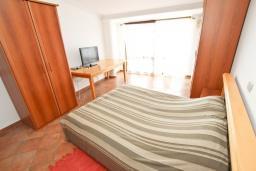 Спальня. Будванская ривьера, Черногория, Святой Стефан : Апартамент для 4-5 человек, с отдельной спальней, с балконом с видом на море