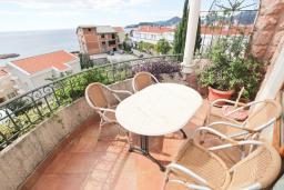 Балкон. Будванская ривьера, Черногория, Святой Стефан : Апартамент для 4-5 человек, с отдельной спальней, с балконом с видом на море