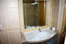Ванная комната. Будванская ривьера, Черногория, Святой Стефан : Комната на 3 персоны, с кондиционером, с видом на море