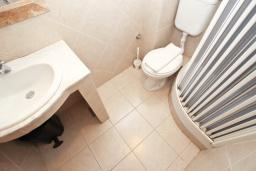 Ванная комната. Будванская ривьера, Черногория, Святой Стефан : Комната на 2 персоны с кондиционером