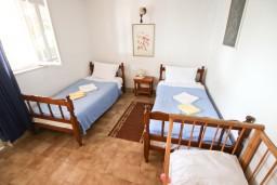 Спальня. Будванская ривьера, Черногория, Святой Стефан : Апартаменты на 4 человек, с 2-мя отдельными спальнями, с террасой с видом на море  и остров Святого Сефана