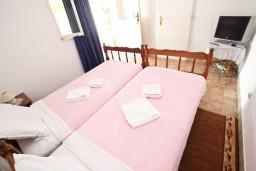 Спальня 2. Будванская ривьера, Черногория, Святой Стефан : Апартаменты на 4 человек, с 2-мя отдельными спальнями, с террасой с видом на море  и остров Святого Сефана