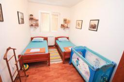 Спальня 2. Будванская ривьера, Черногория, Святой Стефан : Апартаменты на 6 персон, 3 спальни, с видом на море, на берегу Святого Стефана