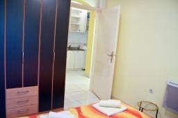 Спальня. Будванская ривьера, Черногория, Святой Стефан : Апартаменты на 4 персоны с видом на море, 100 метров от пляжа