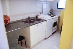 Кухня. Будванская ривьера, Черногория, Святой Стефан : Апартаменты на 4 персоны с видом на море, 100 метров от пляжа