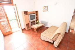 Гостиная. Будванская ривьера, Черногория, Булярица : Апартаменты с отдельной спальней, с 2-мя балконами
