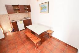Кухня. Будванская ривьера, Черногория, Булярица : Апартаменты с отдельной спальней, с 2-мя балконами