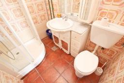 Ванная комната. Будванская ривьера, Черногория, Булярица : Апартаменты с отдельной спальней, с 2-мя балконами