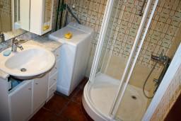 Ванная комната. Будванская ривьера, Черногория, Булярица : Апартаменты на 5 персон, 2 спальни