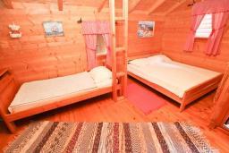 Будванская ривьера, Черногория, Булярица : Деревянный домик с кухней в Булярице