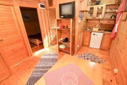 Гостиная. Будванская ривьера, Черногория, Булярица : Деревянный домик с кухней и двумя отдельными спальнями