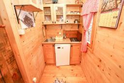 Кухня. Будванская ривьера, Черногория, Булярица : Деревянный домик с кухней и двумя отдельными спальнями