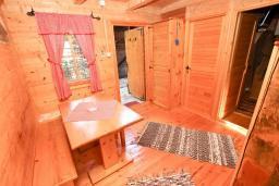Обеденная зона. Будванская ривьера, Черногория, Булярица : Деревянный домик с кухней и двумя отдельными спальнями