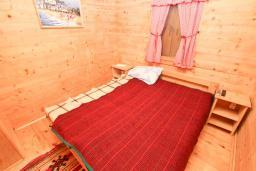 Спальня. Будванская ривьера, Черногория, Булярица : Деревянный домик с кухней и двумя отдельными спальнями
