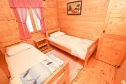 Спальня 2. Будванская ривьера, Черногория, Булярица : Деревянный домик с кухней и двумя отдельными спальнями