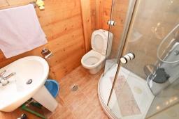 Ванная комната. Будванская ривьера, Черногория, Булярица : Деревянный домик с кухней и двумя отдельными спальнями