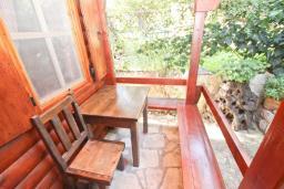 Терраса. Будванская ривьера, Черногория, Булярица : Деревянный домик с кухней и двумя отдельными спальнями
