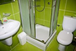 Ванная комната. Будванская ривьера, Черногория, Булярица : Апартамент с отдельной спальней, с балконом с видом на море, 10 метров от пляжа