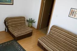 Гостиная. Будванская ривьера, Черногория, Булярица : Апартамент с отдельной спальней, с балконом с видом на море, 10 метров от пляжа