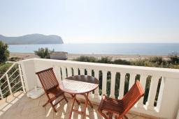 Балкон. Будванская ривьера, Черногория, Булярица : Апартамент с отдельной спальней, с 2-мя балконами с шикарным видом на море, 10 метров от пляжа