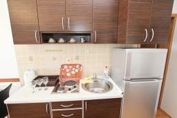 Кухня. Будванская ривьера, Черногория, Булярица : Апартамент с отдельной спальней, с 2-мя балконами с шикарным видом на море, 10 метров от пляжа