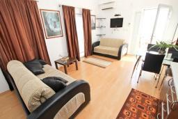 Гостиная. Будванская ривьера, Черногория, Булярица : Апартамент с отдельной спальней, с 2-мя балконами с шикарным видом на море, 10 метров от пляжа