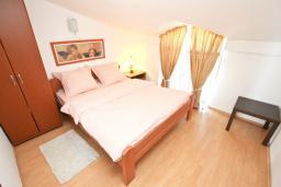 Спальня. Будванская ривьера, Черногория, Булярица : Апартамент с отдельной спальней, с 2-мя балконами с шикарным видом на море, 10 метров от пляжа