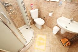 Ванная комната. Будванская ривьера, Черногория, Булярица : Апартамент с отдельной спальней, с 2-мя балконами с шикарным видом на море, 10 метров от пляжа