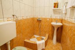 Ванная комната. Будванская ривьера, Черногория, Булярица : Двухместный номер с балконом