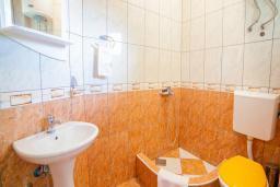 Ванная комната. Будванская ривьера, Черногория, Булярица : Двухместный номер с балконом и видом на море