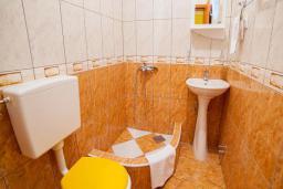 Ванная комната. Будванская ривьера, Черногория, Булярица : Трехместный номер с балконом