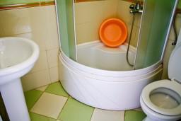 Ванная комната. Будванская ривьера, Черногория, Булярица : Студия на пляже Булярицы