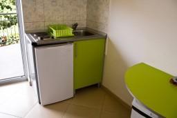 Кухня. Будванская ривьера, Черногория, Булярица : Студия на пляже Булярицы