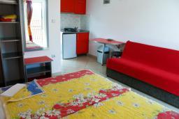 Студия (гостиная+кухня). Будванская ривьера, Черногория, Булярица : Студия с видом на море, на пляже Булярицы
