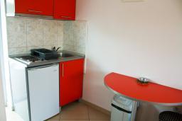 Кухня. Будванская ривьера, Черногория, Булярица : Студия с видом на море, на пляже Булярицы