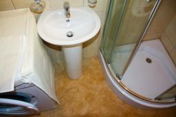 Ванная комната. Будванская ривьера, Черногория, Будва : Студия в Будве с террасой