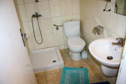 Ванная комната. Будванская ривьера, Черногория, Будва : Студия c видом на море, 100 метров от пляжа