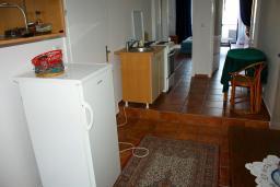Кухня. Будванская ривьера, Черногория, Будва : Апартаменты на 5 персон, 2 спальни, c видом на море, 100 метров от пляжа