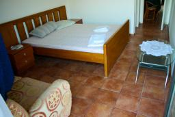 Спальня 2. Будванская ривьера, Черногория, Будва : Апартаменты на 5 персон, 2 спальни, c видом на море, 100 метров от пляжа