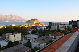 Вид на море. Будванская ривьера, Черногория, Будва : Апартаменты на 5 персон, 2 спальни, c видом на море, 100 метров от пляжа